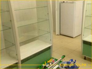 Мытье витрины и полки для товаров