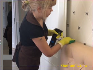 Девушка клинер чистит кожаный диван