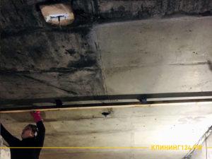 Клинер очищает потолок от копоти после пожара квартиры