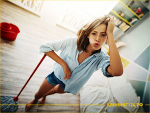 Девушка со шваброй моет полы в квартире
